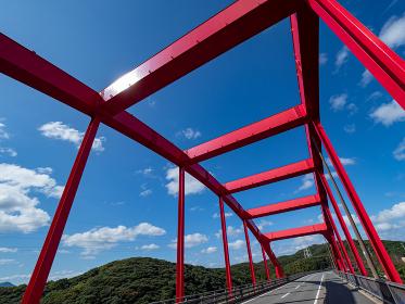 対馬 秋晴れの青空と太陽光がまぶしい万関橋の風景