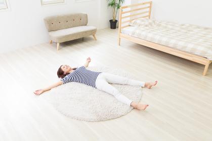 床で寝る女性