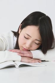居眠りをする女子高生