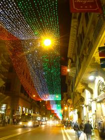イタリア・ローマ市街地の大通りにて国旗色で彩ったクリスマスイルミネーション