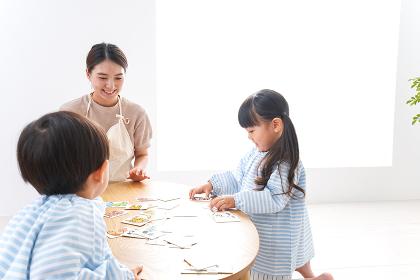 幼稚園で勉強をする子供