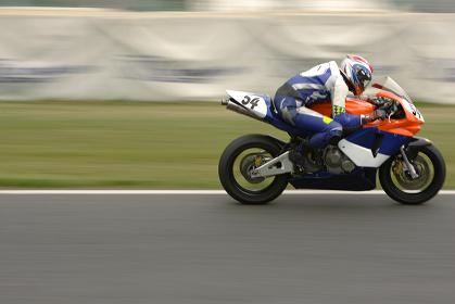 バイクに乗るレーサーの横向き