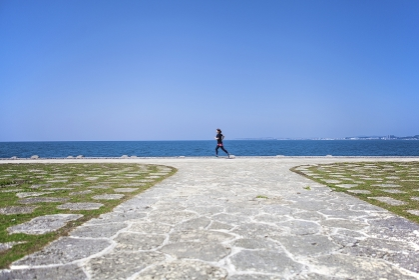 海岸をランニングする女性