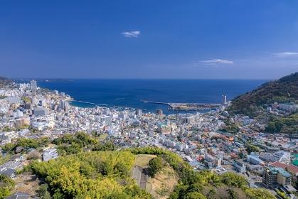 静岡県・熱海市 高台から望む春の港町の風景