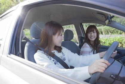 友達とドライブを楽しむ女性