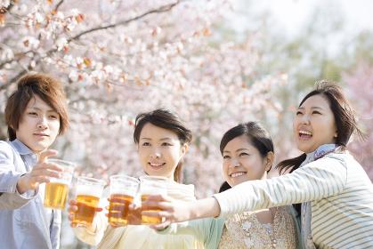 乾杯をする若者たち