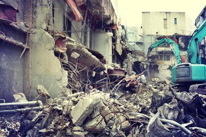 ショベルカーによる都市のビルの解体現場