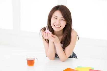 折り紙をする女性
