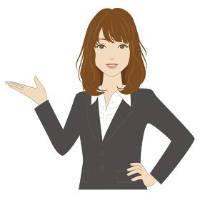 手で案内するスーツ姿の女性会社員