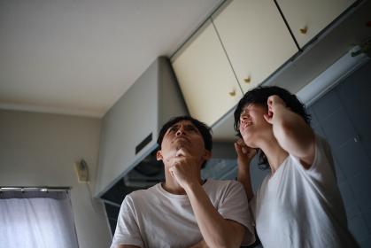 上の階の騒音に悩むカップル
