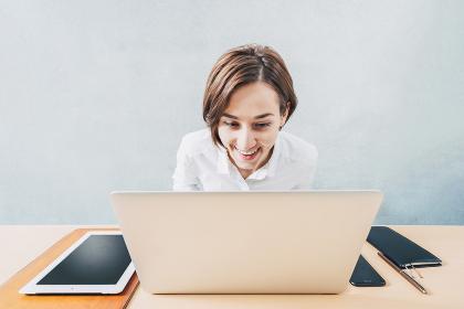 ノートパソコンで仕事をする若い女性