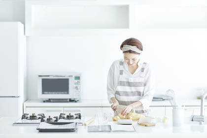 パン生地を切り分ける日本人女性