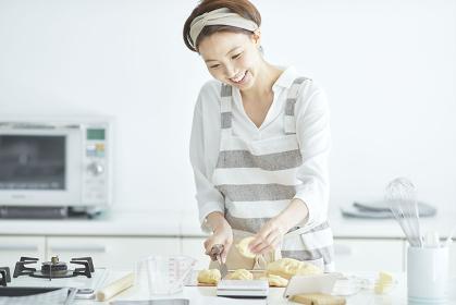 パン生地を計量する日本人女性