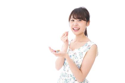 お菓子を食べる若い女性