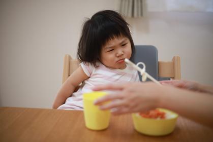 食事が不満そうな女の子