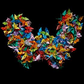 折り紙の鶴を集めて形作ったアルファベットのW