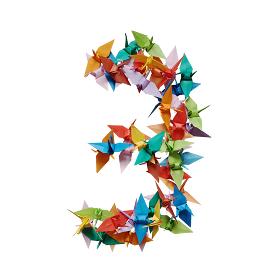 白バックに折り紙の鶴で作った数字の3