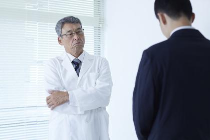 医者に謝罪するMRの男性
