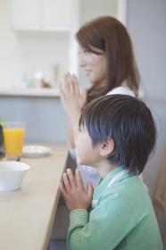 朝食を食べる男の子と母親