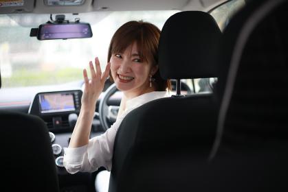 運転席から子供に声をかける母親