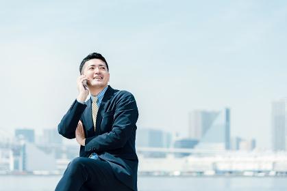 電話をする笑顔の男性・ビジネスイメージ