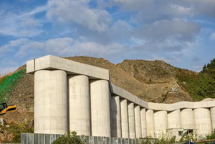 行政代執行で崩落防止の擁壁が造られている産業廃棄物最終処分場
