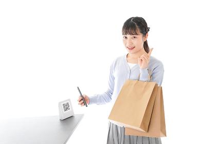 QRコード決済をする若い女性