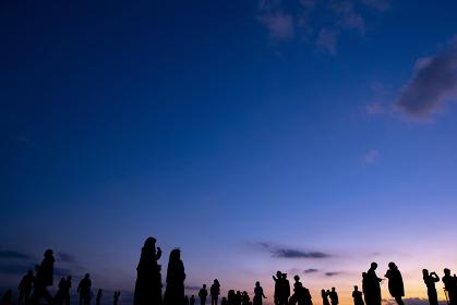 夕方の空と人々のシルエット