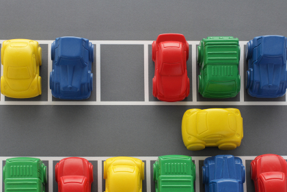 縦列駐車や混雑して駐車スペースの少ない駐車場のジオラマ模型
