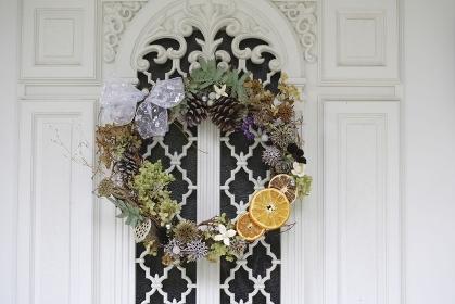 玄関ドアに飾ったナチュラル素材のリース