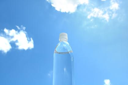 ペットボトルと青空と緑