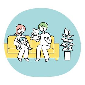 ソファーで赤ちゃんと遊ぶ夫婦