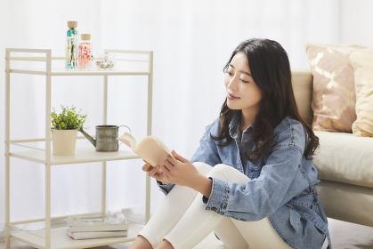 読書する日本人女性