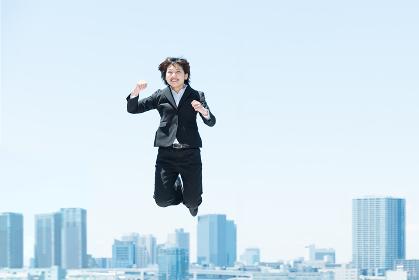 勢い良くジャンプする女性(ビジネスイメージ)