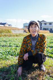 草抜きをする高齢の女性