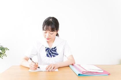 笑顔で勉強をする若い学生