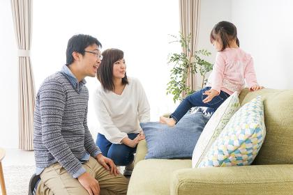 家族と家で過ごす幸せなファミリー