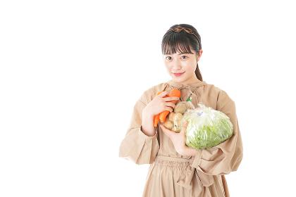 野菜を持つ若い女性