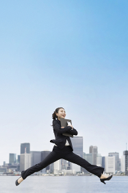 笑顔でジャンプする若いビジネスウーマン・就職活動生