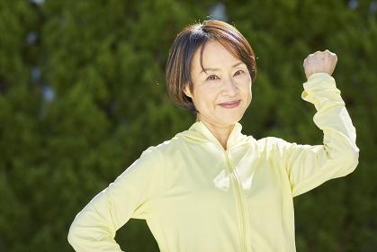 ポーズをとる日本人シニア女性