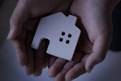 手の中の家の模型