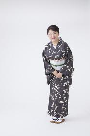 お辞儀をする着物の日本人女性