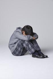 顔を伏せる男子中学生