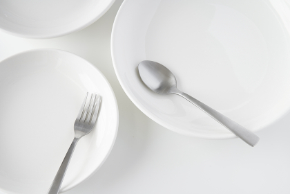 白いお皿・フォーク・スプーン