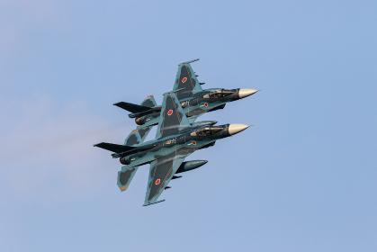 編隊飛行する航空自衛隊 F-2戦闘機(築城基地・福岡