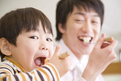 食事をしているお父さんと息子