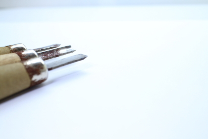 シンプルな彫刻刀のアップ素材