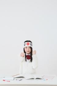 合格ハチマキをつけている女子高生