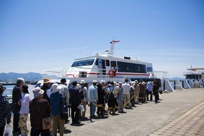 琵琶湖汽船に並ぶ観光客