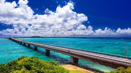 沖縄県・池間島 展望台から眺める夏の海と池間大橋の風景